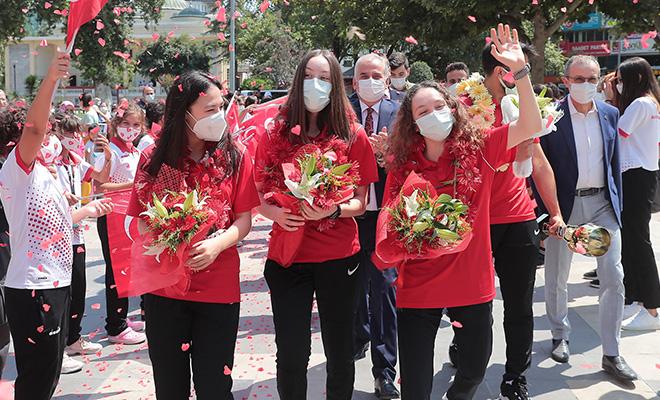 Büyükşehir'in altın kızları çiçeklerle karşılandı!