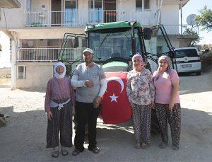 Başkan Zolan sözünü tuttu! Fedakar çiftçi yeni traktörüne Büyükşehir ile kavuştu!