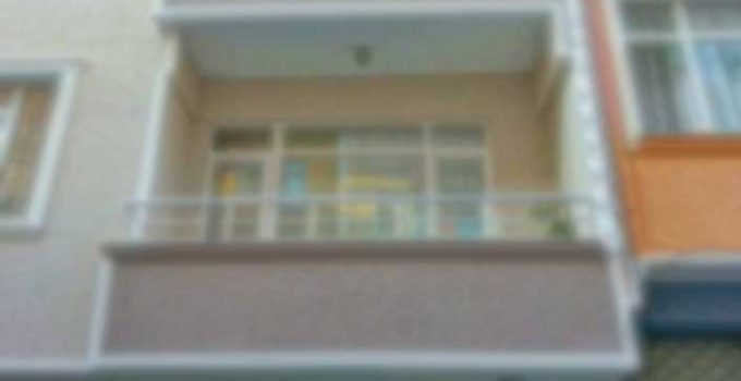 2 yaşındaki çocuk 3. kattaki balkonda oynarken aşağı düştü!