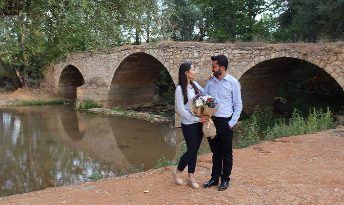 Tarihi köprünün önünde söz verdiler